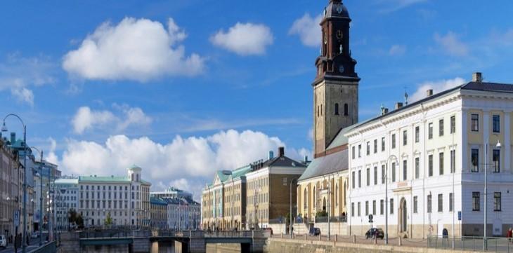 Göteborgs kanal med rådhuset i bakgrunden
